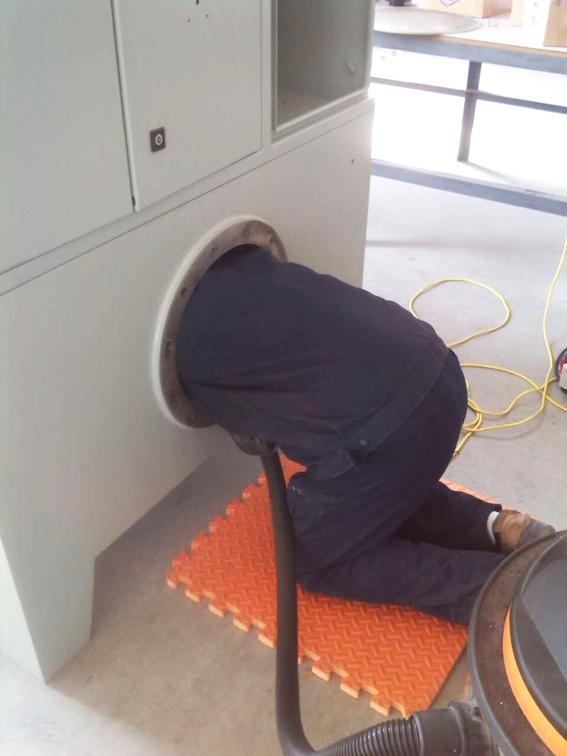 华顺人认真检查油气润滑设备每一道工序